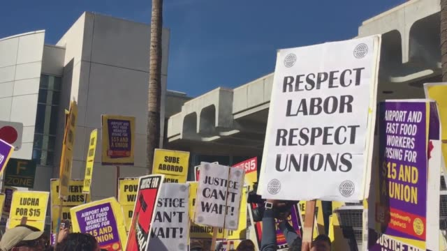 vídeos y material grabado en eventos de stock de $15 per hour wage/unionization demonstration at san diego international airport - salarios
