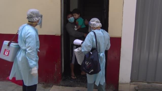 stockvideo's en b-roll-footage met perú lanzó una alerta epidemiológica nacional el miércoles con inspecciones casa por casa tras detectar en lima el primer caso de difteria en 20 años... - difterie