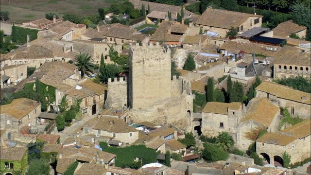 vídeos y material grabado en eventos de stock de peratallada-vista aérea-cataluña, girona, forallac, españa - castillo estructura de edificio