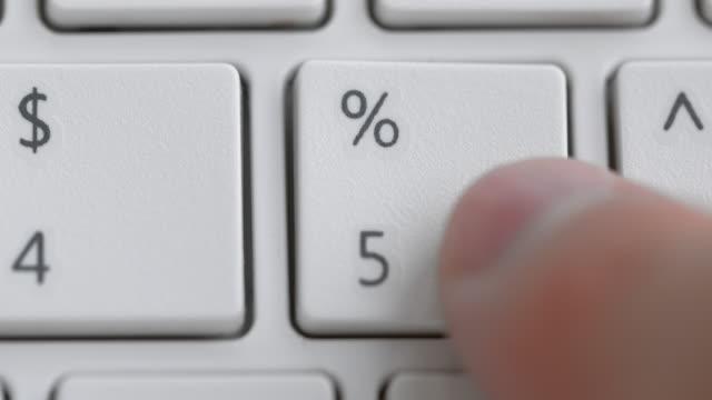 vídeos de stock, filmes e b-roll de botão por cento no teclado branco - número 5