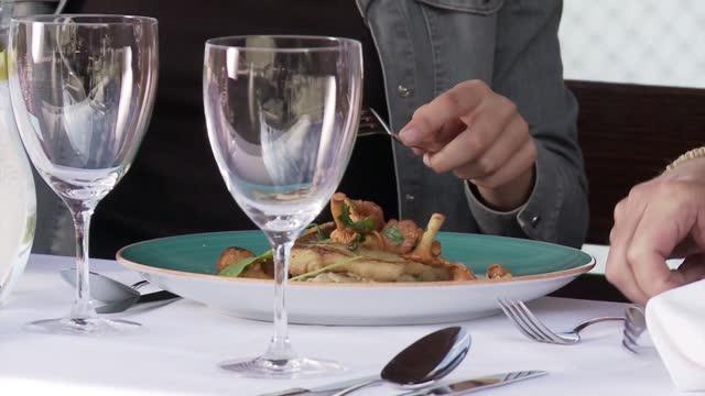vídeos de stock e filmes b-roll de perch-pike with  chanterelle - cortado em filete