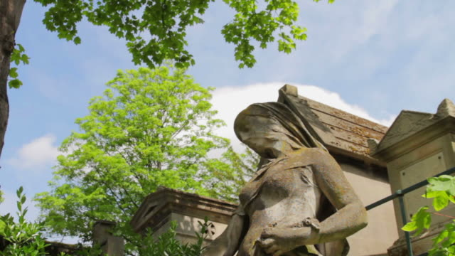 pere lachaise cemetery, paris, france - cemetery stock videos & royalty-free footage