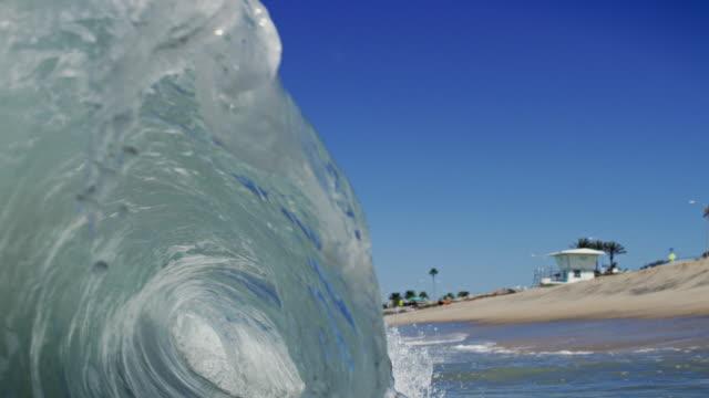 vídeos y material grabado en eventos de stock de un lugar hermoso wave breaks más profundo en punto de vista de la cámara en la playa de arena en el verano sol de california. toma en cámara lenta a red dragon en 150fps in 4 k. - pipeline wave