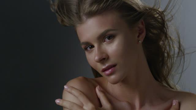 perfekt blond mode modellens ansikte. hår under blåser vinden. fashion video. - örhänge bildbanksvideor och videomaterial från bakom kulisserna