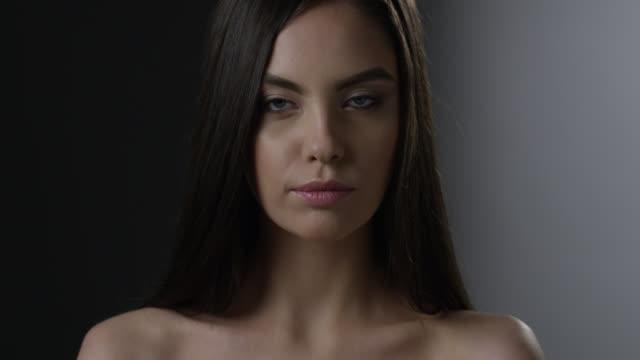 vídeos de stock, filmes e b-roll de perfeito o rosto da morena alta moda modelo. vídeo de moda. - maquiagem para teatro