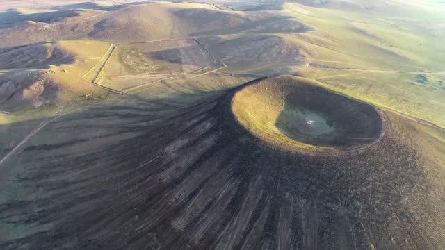 vídeos y material grabado en eventos de stock de un volcán perfecto en forma de cono se encuentra en los pastizales de mongolia interior - área silvestre