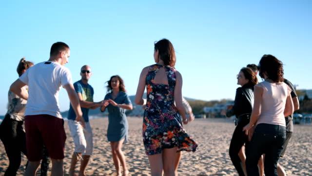 ビーチに踊りのための完璧な一日 - サルサダンス点の映像素材/bロール