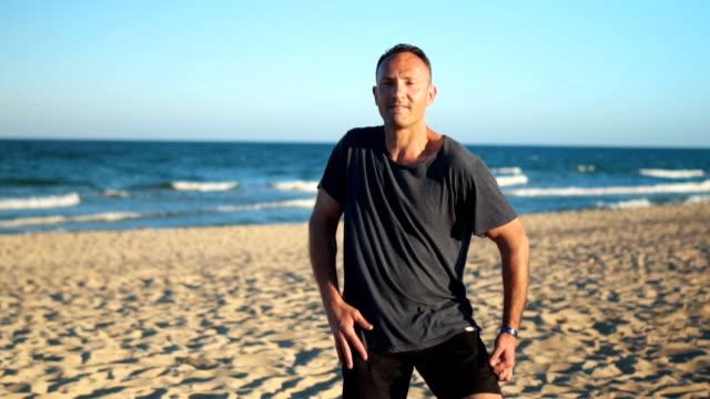 vídeos y material grabado en eventos de stock de día perfecto para bailar en la playa - gesticular