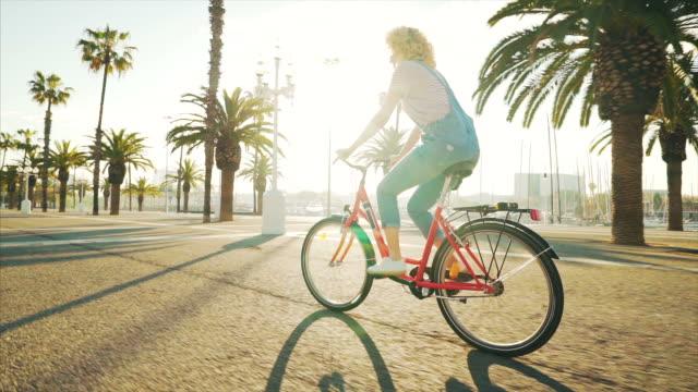 私の自転車で街を探索するのに最適な一日。 - sunny点の映像素材/bロール