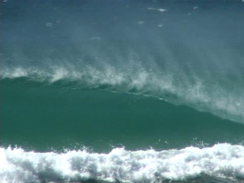 vídeos de stock e filmes b-roll de onda perfeita hollow - banco de areia