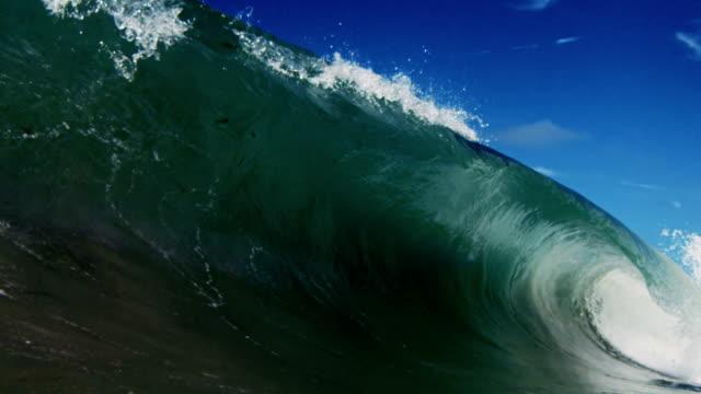 vídeos y material grabado en eventos de stock de ideal para grandes barreling wave punto de vista como para los recesos de onda plana cámara en la playa de arena en el verano de sol de california. toma en slowmo en la red dragon en 300fps. - pipeline wave