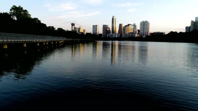 vídeos de stock, filmes e b-roll de perfeito espelhado austin downtown reflexões sobre água sunrise skyline cityscape backup sobre town lake - town