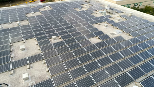stockvideo's en b-roll-footage met perfect richting zonnepaneel op het dak array een groene display van rewnewable elektriciteit schepping - zonne energie