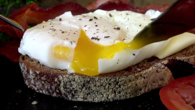perfekt pocherat ägg - stekt bildbanksvideor och videomaterial från bakom kulisserna