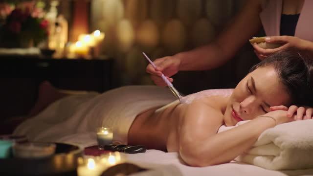 vidéos et rushes de parfait relax femme obtient body massage gommage - seulement des jeunes femmes