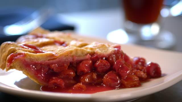 stockvideo's en b-roll-footage met perfect slice of cherry pie with lattice crust - huishuidkunde