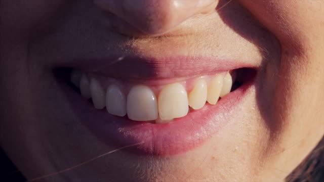 ピンクの唇を完璧な笑顔 - 歯を見せて笑う点の映像素材/bロール