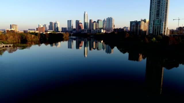 vídeos de stock e filmes b-roll de perfect sunrise morning on town lake austin texas downtown skyline cityscape high close to condo - town
