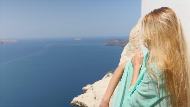 vídeos de stock, filmes e b-roll de tempo perfeito em santorini - tomando sol