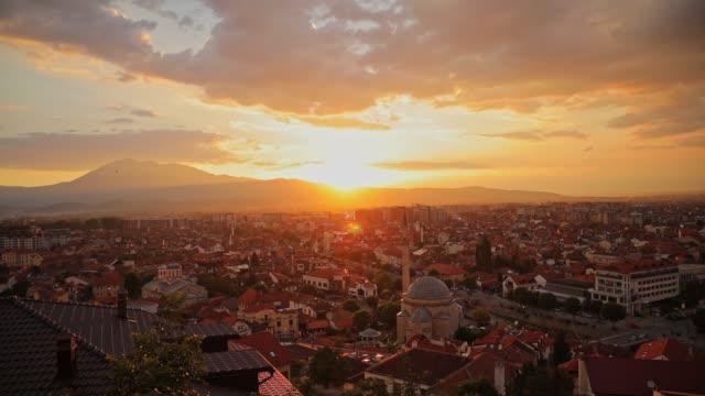 vídeos de stock, filmes e b-roll de tempo perfeito volta ao topo da montanha e da paisagem da cidade prizren e o pôr do sol - amarelo