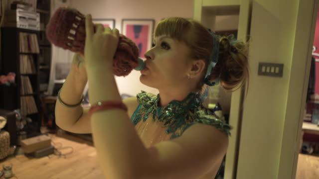 a performance artist getting ready drinking some water. - gympingdräkt bildbanksvideor och videomaterial från bakom kulisserna