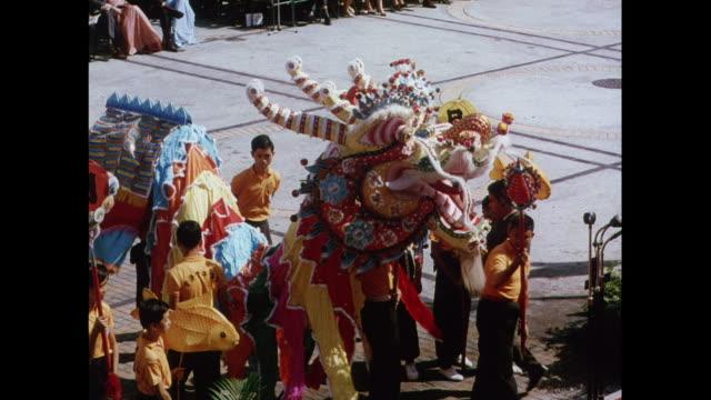 vidéos et rushes de montage performance of dragon dance ceremony in hong kong - représentation artistique
