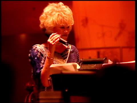 vídeos de stock e filmes b-roll de performer at the 2001 academy awards at the shrine auditorium in los angeles california on march 25 2001 - 73.ª edição da cerimónia dos óscares