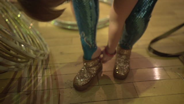 vidéos et rushes de a performer putting on her sparkly shoes - justaucorps