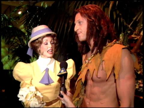 vídeos y material grabado en eventos de stock de performers at the 'tarzan' premiere at the el capitan theatre in hollywood california on june 12 1999 - tarzán obra reconocida