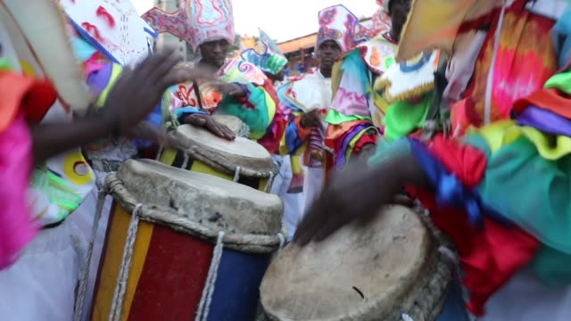 performers march through the streets of port-au-prince during the second day of carnival on february 12, 2018 in port-au-prince, haiti. haiti, the... - 四旬節点の映像素材/bロール