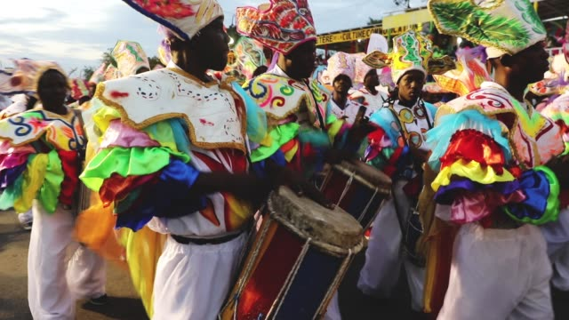 performers march through the streets of port-au-prince during the first day of carnival on february 11, 2018 in port-au-prince, haiti. haiti, the... - mar dei caraibi video stock e b–roll