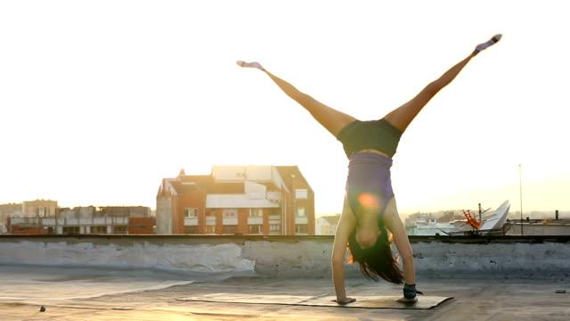 performing a perfect cartwheel - cartwheel stock videos & royalty-free footage