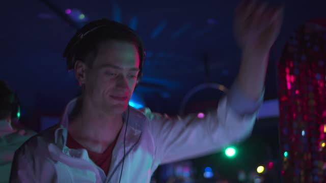 stockvideo's en b-roll-footage met hd: dj performing in the club - club dj