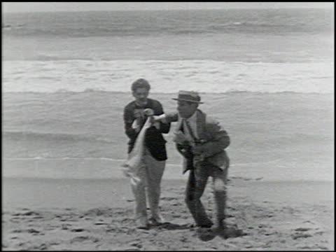 perils of the beach - 10 of 14 - andere clips dieser aufnahmen anzeigen 2245 stock-videos und b-roll-filmmaterial