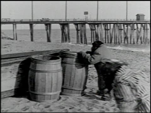 perils of the beach - 13 of 14 - andere clips dieser aufnahmen anzeigen 2245 stock-videos und b-roll-filmmaterial