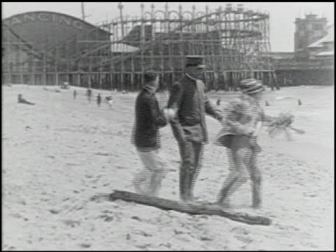 perils of the beach - 14 of 14 - andere clips dieser aufnahmen anzeigen 2245 stock-videos und b-roll-filmmaterial