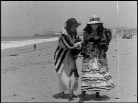 perils of the beach - 5 of 14 - andere clips dieser aufnahmen anzeigen 2245 stock-videos und b-roll-filmmaterial