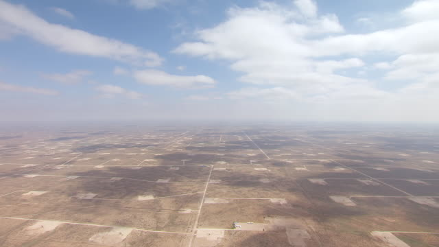 vidéos et rushes de ws aerial permian oil field under large blue sky in hill country / texas, united states - texas