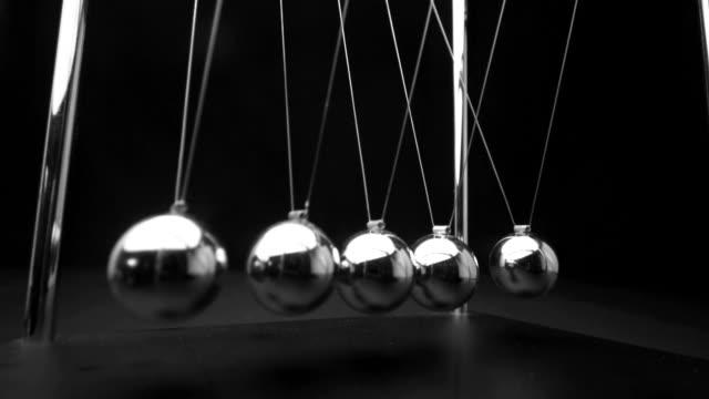 stockvideo's en b-roll-footage met perpetual motion of newtons cradle close up - slinger van newton