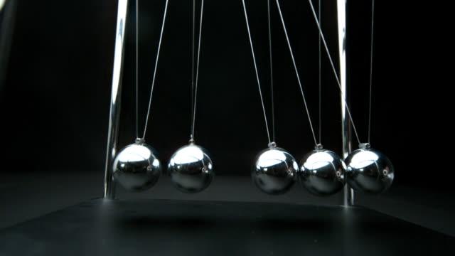 perpetual motion of newtons cradle - fünf gegenstände stock-videos und b-roll-filmmaterial