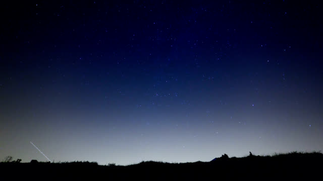 "vídeos de stock, filmes e b-roll de ""perseid meteors, timelapse"" - chuva de meteoros"