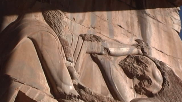 persepolis. low-angle a bas-relief of a persian soldier hunting a lion in the ancient achaemenid city of persepolis. the city dates to 515 bce and is... - basrelief stock-videos und b-roll-filmmaterial