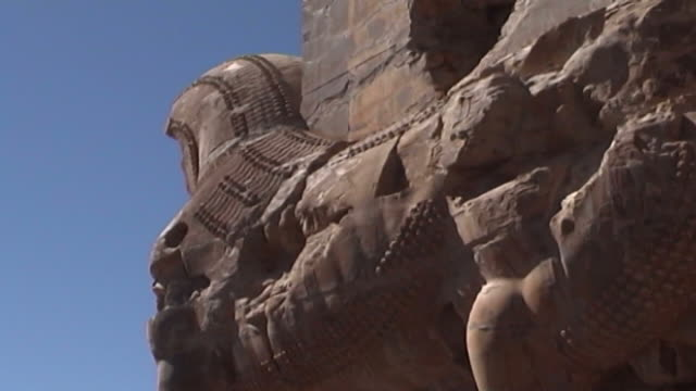 persepolis lowangle mcu sideview of the massive stone lamassu protective deities decorating the gate of all nations in the ruins of the ancient city... - persepoli video stock e b–roll
