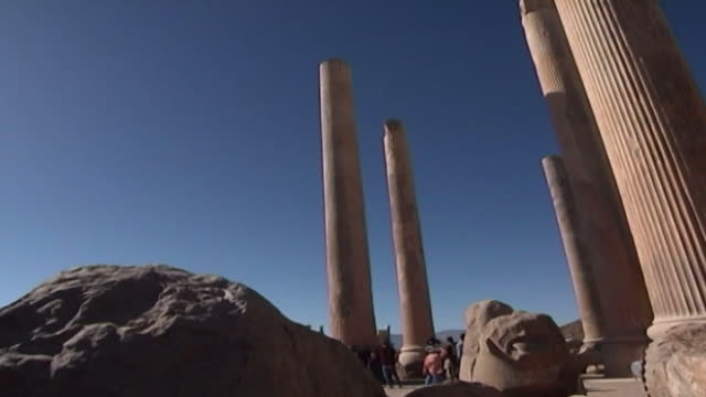 vidéos et rushes de persepolis. low-angle view of the columns that used to hold up the roof of the apadana palace in persepolis. the city dates to 515 bce and is a... - unesco