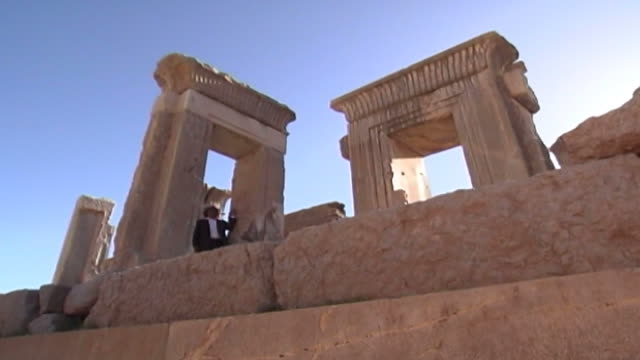 vidéos et rushes de persepolis. low-angle view of the door and window frames of the tachara or palace of darius in persepolis. the city dates to 515 bce and is a unesco... - unesco
