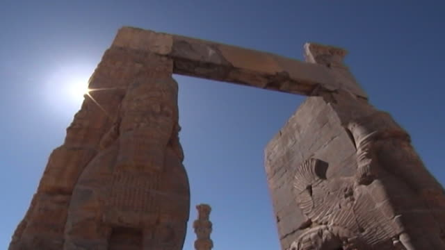 persepolis lowangle view of the massive stone lamassu protective deities decorating the gate of all nations in the ruins of the ancient city of... - persepoli video stock e b–roll