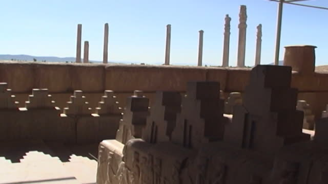 vidéos et rushes de persepolis. view of the carved reliefs on a staircase in the apadana palace in persepolis. the city dates to 515 bce and is a unesco site. - unesco