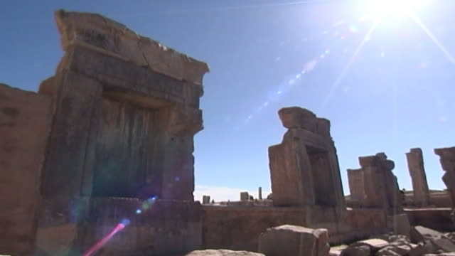 vidéos et rushes de persepolis. view of the ruins of the tachara or palace of darius in persepolis. the city dates to 515 bce and is a unesco site. - unesco