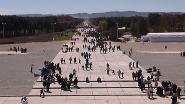 persepolis view of tourists arriving at the persepolis the ancient ceremonial capital of the achaemenid empire the city dates to 515 bce and is a... - persepoli video stock e b–roll