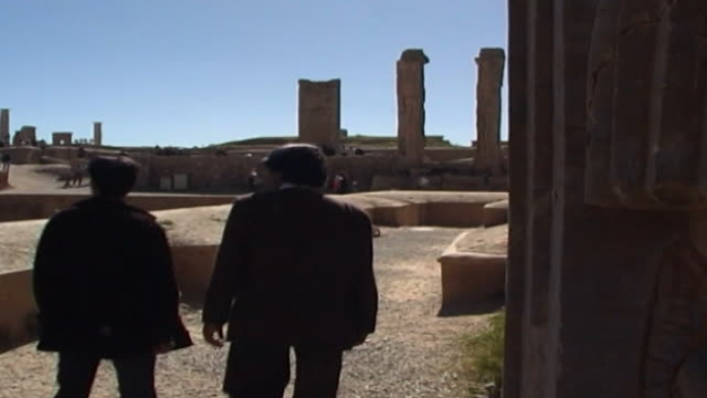 vidéos et rushes de persepolis. view of tourists walking around the ancient of persepolis cultural capital of the achaemenid empire. the city dates to 515 bce and is a... - unesco